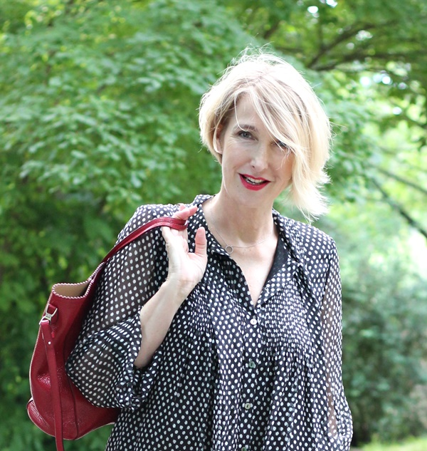 Glam up your Lifestyle-Bloggerin Claudia Steinlein, blonde Frau mit roter Tasche.