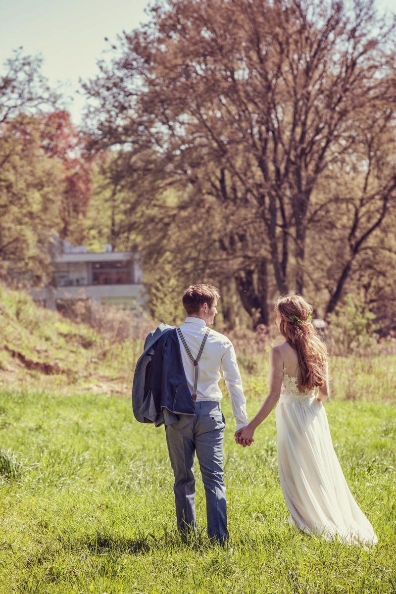Brautpaar auf einer Vintage-Landhochzeit im Grünen.