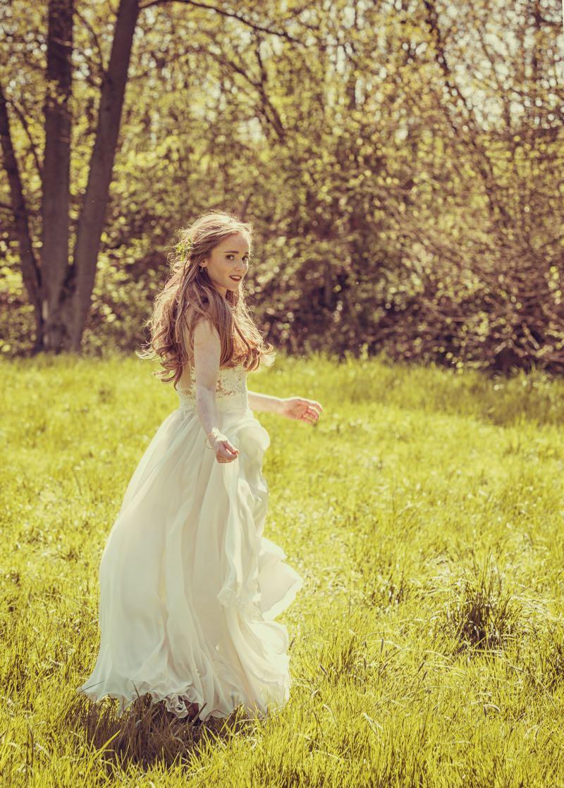 Vintage Braut mit offenem Haar in einem duftigen Brautkleid aus Tüll und Spitze von Anne Wolf.