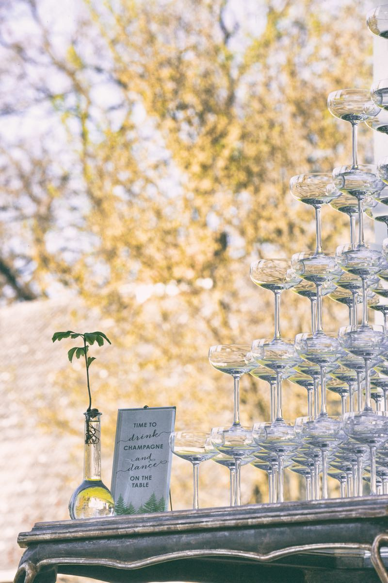 Champagnerpyramide im Vintagestyle als Idee für eine Hochzeit.