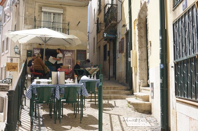 Alfama, Gasse, Straße, Lissabon, Restaurant, Portugal, unterwegs, Schminktante, Portugal, Lissabon, Reise, Reisetipps, Reisen, Travel