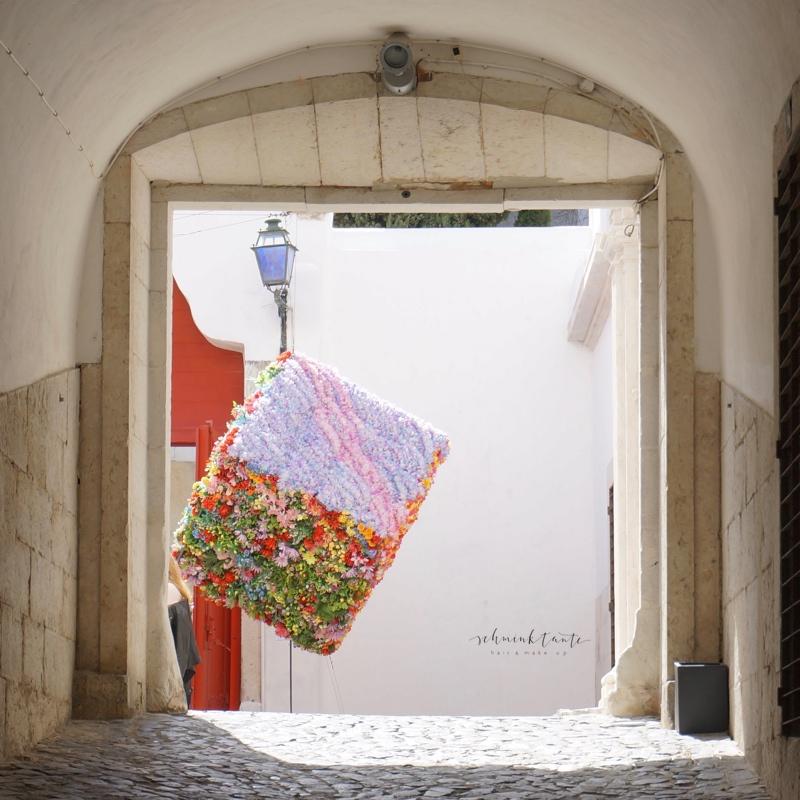 Alfama, Lissabon, Tor, Innenhof, Kubus, Kunst, Blüten, Reisen, Portugal, Lissabon, Reise, Reisetipps, Reisen, Travel