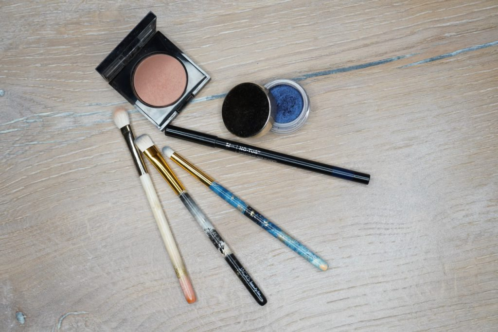 Blau, Make up, Tutorial, Make up Tipps, Smokey Eyes, Blaue Augen, blauer Lidschatten, Schminktipps, Schminkanleitung, Pantone Farbe, 2020, Classic Blue, Make up Artist, Beautyblog, Schminktante, Anja Frankenhäuser, Top-Beauty-Blog, Rouge, Jacks Beauty Line, Clarins, Ombre Satin, it cosmetics, Kajalstift,