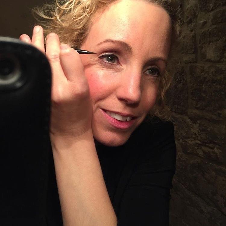 Cora Irsen beim Make up für einen Konzertauftritt.