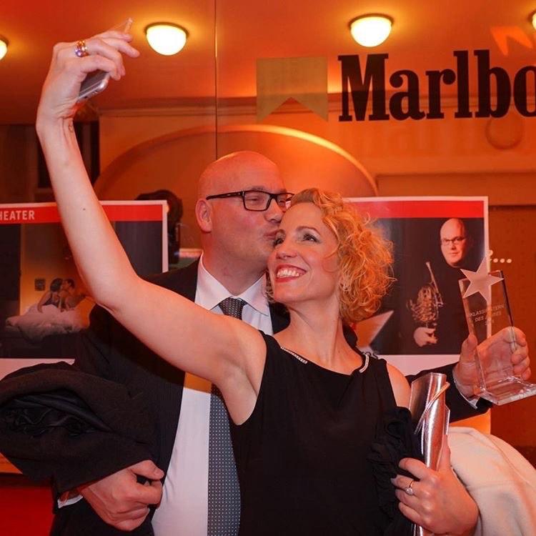 Pianistin Cora Irsen mit ihrem Ehemann Jörg Brückner bei einer Preisverleihung.
