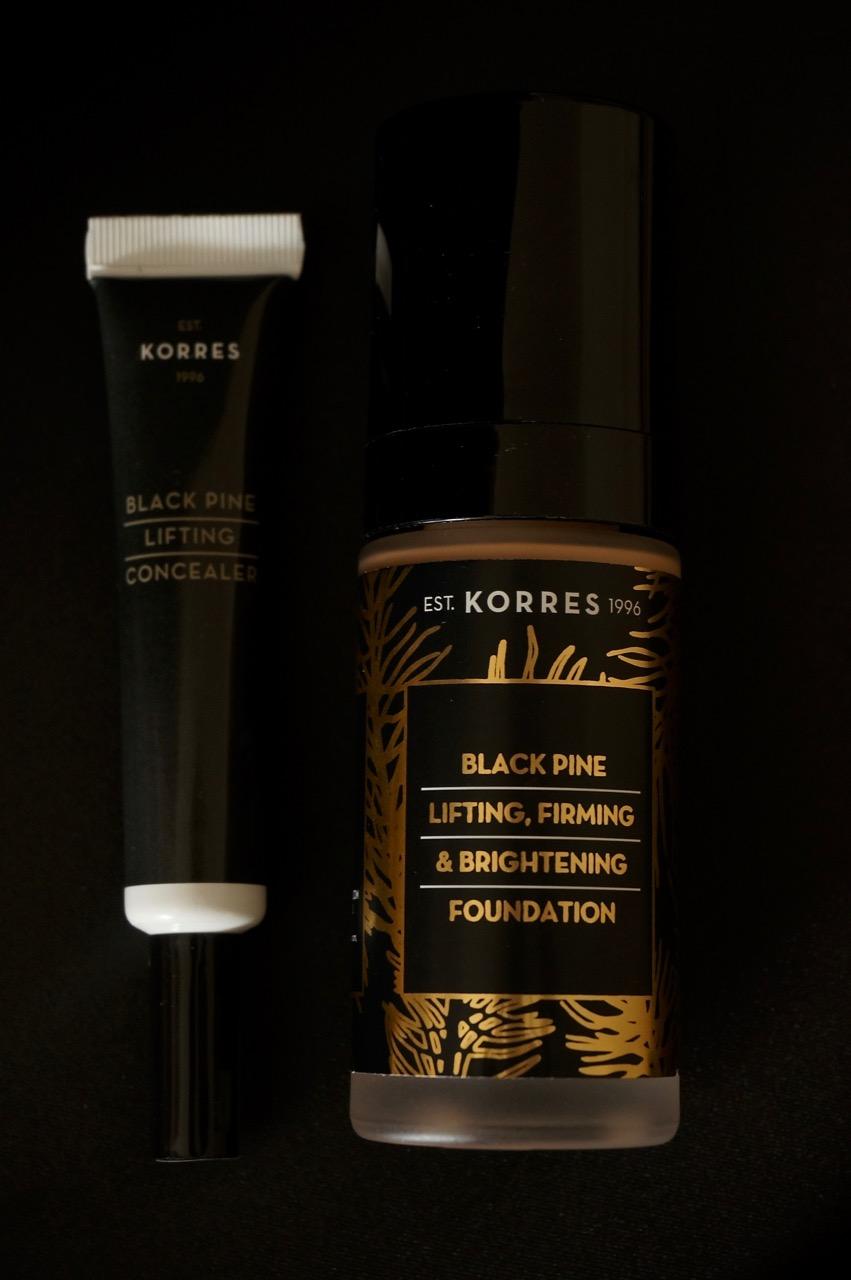 Die preisgekrönte Black Pine-Linie von KORRES begeistert seit je her mit ihrer einzigartigen Anti-Ageing-Wirkung durch die aktiven Inhaltsstoffe der Schwarzkiefer.Nun ergänzt KORRES den Bestseller mit zwei dekorativen Produkten, die die straffenden Eigenschaften von Black Pine auch beim Make-up entfalten: Eine Foundation sowie ein Concealer adressieren speziell die Bedürfnisse reifer Haut und verleihen ihr einen jugendlich frischen und natürlich schönen Look.