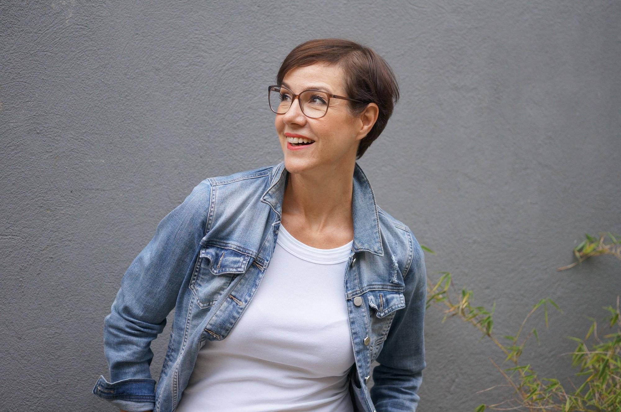 Das lässige Doppelleben eines Modeklassikers: Der Hosenanzug lässig gestylt. Teil 1: Die Anzughose im lässigen Look bei der Schminktante. Eine Blogger - Aktion der Modeflüsterin.