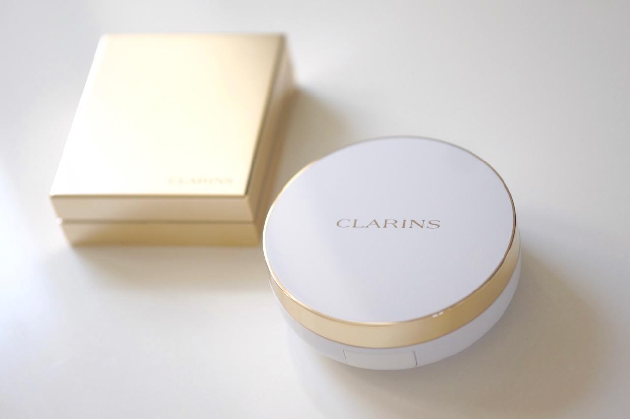 Schminktante Anja Frankenhäuser präsentiert die neuen Everlasting Foundations von Clarins.