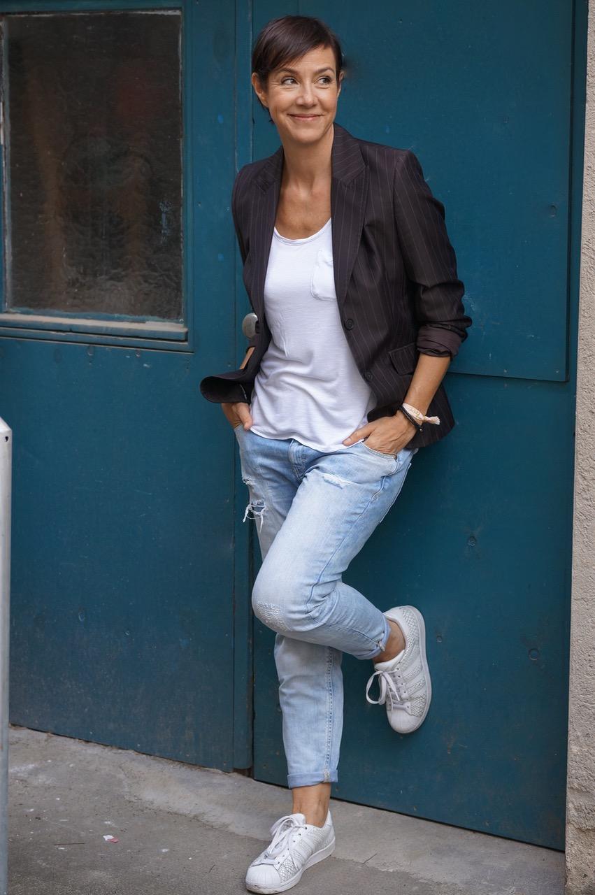 Ein Blazer, lässig gestylt. Teil 2 der Bloggeraktion der Modeflüsterin dreht sich um die Jacke des Hosenanzuges in einem lässigen Style.