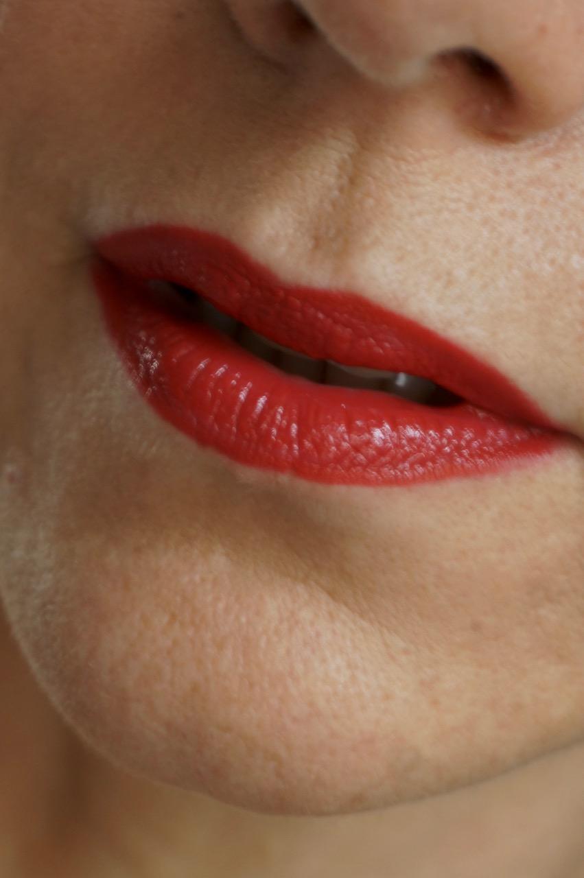 Audio Podcast zum Thema Lippen-Make up. Bei den Fab Forties erfahrt ihr alles über gepflegte Lippen, die besten Produkte und alle Texturen, die man so auf den Lippen spazieren tragen kann.