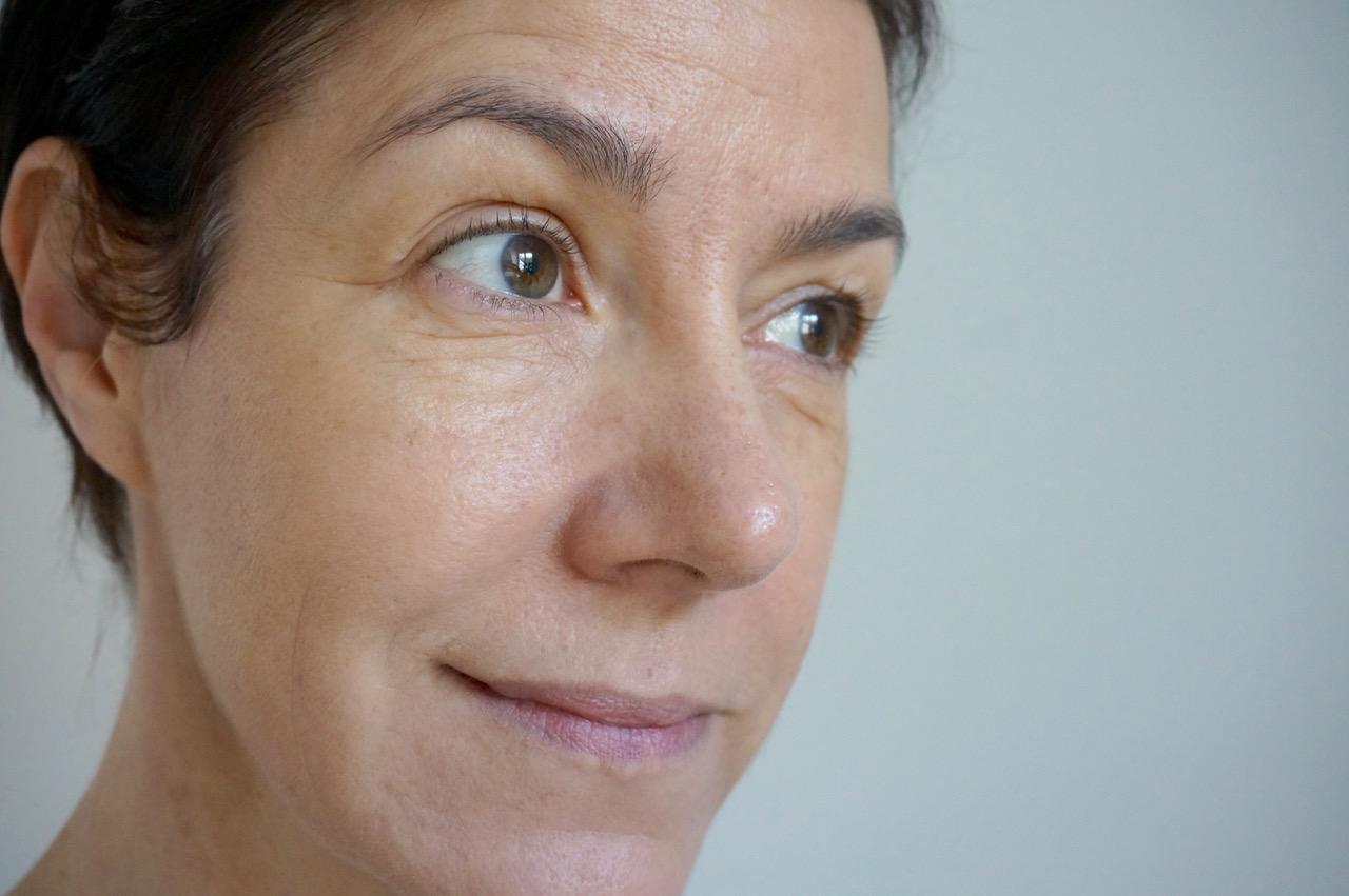 Schminktante Anja Frankenhäuser mit der L'Occitane CC Cream aus der Pivoine Sublime Linie, die leider 2018 aus dem Programm genommen wurde.