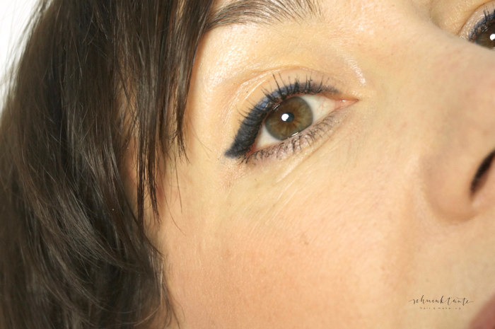 Blauer Eyeliner mit Wing, der das Auge öffnet.