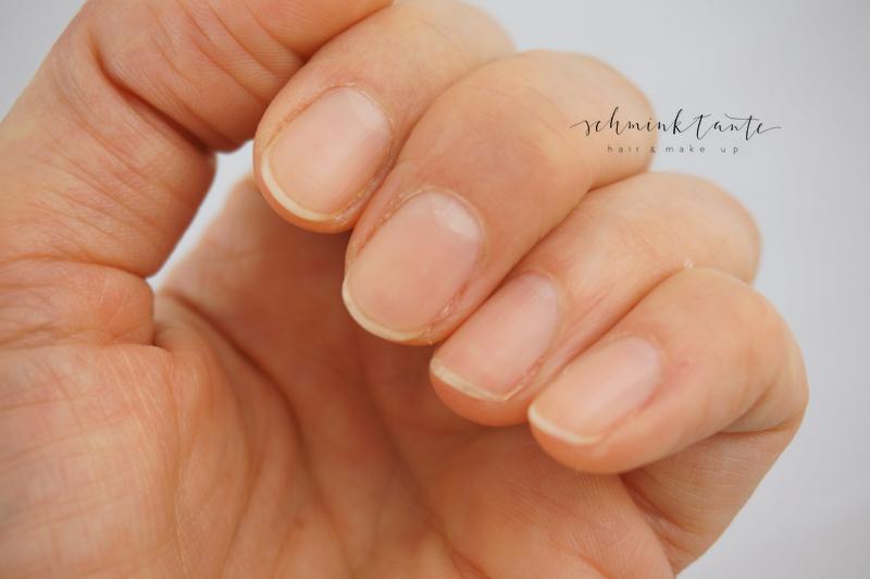Hände mit festen Fingernägeln durch die richtige Handpflege im Winter.
