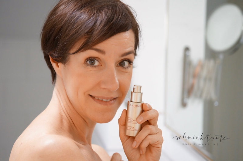Schminktante als Model mit Clarins Serum Grand Yeux.