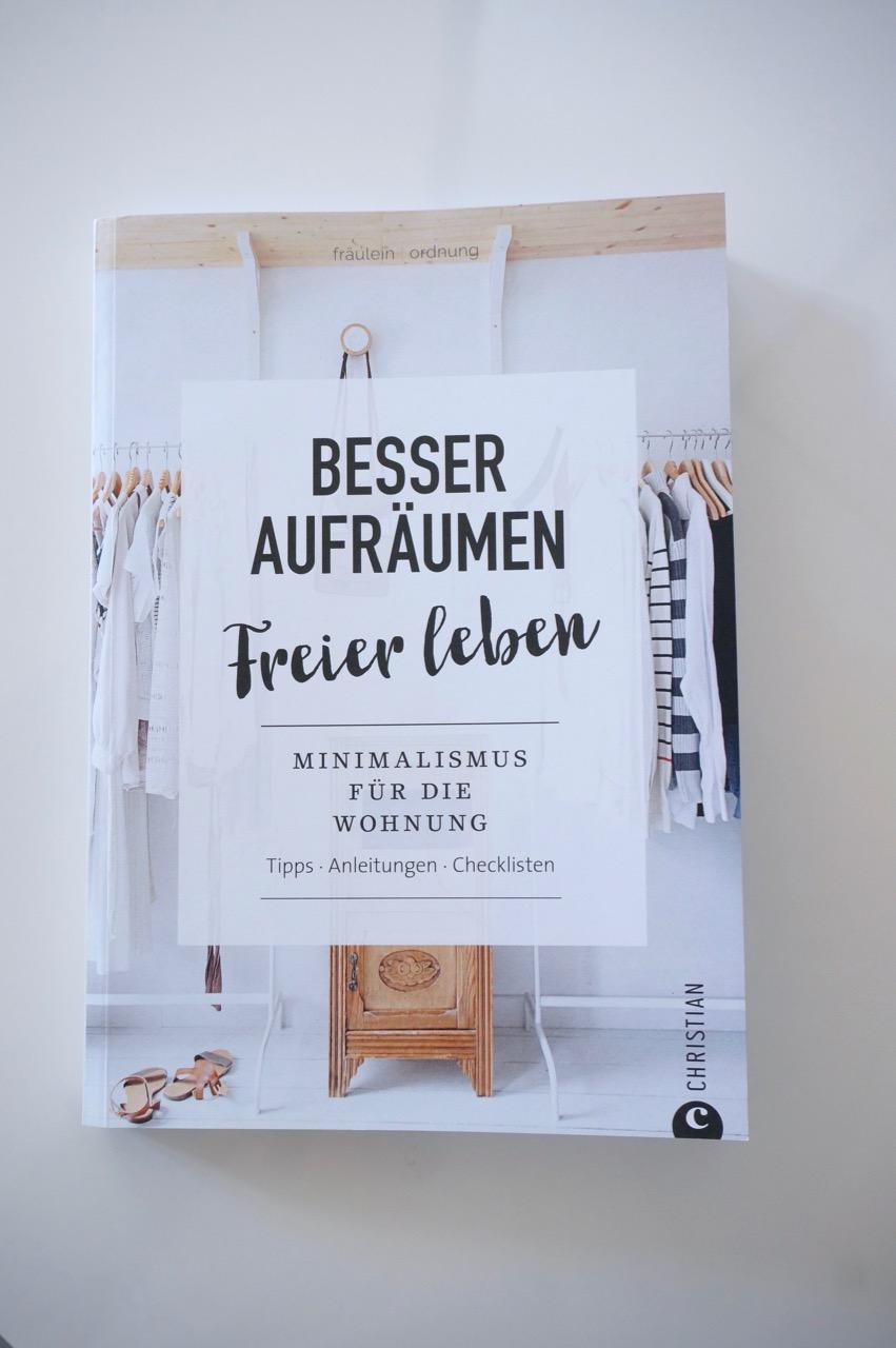 Das neue Ordnungsbuch von Fräulein Ordnung aka Denise Colcquhoun widmet sich in wunderbarer Aufmachung dem Minimalismus. Mit vielen Tipps und Anregungen.