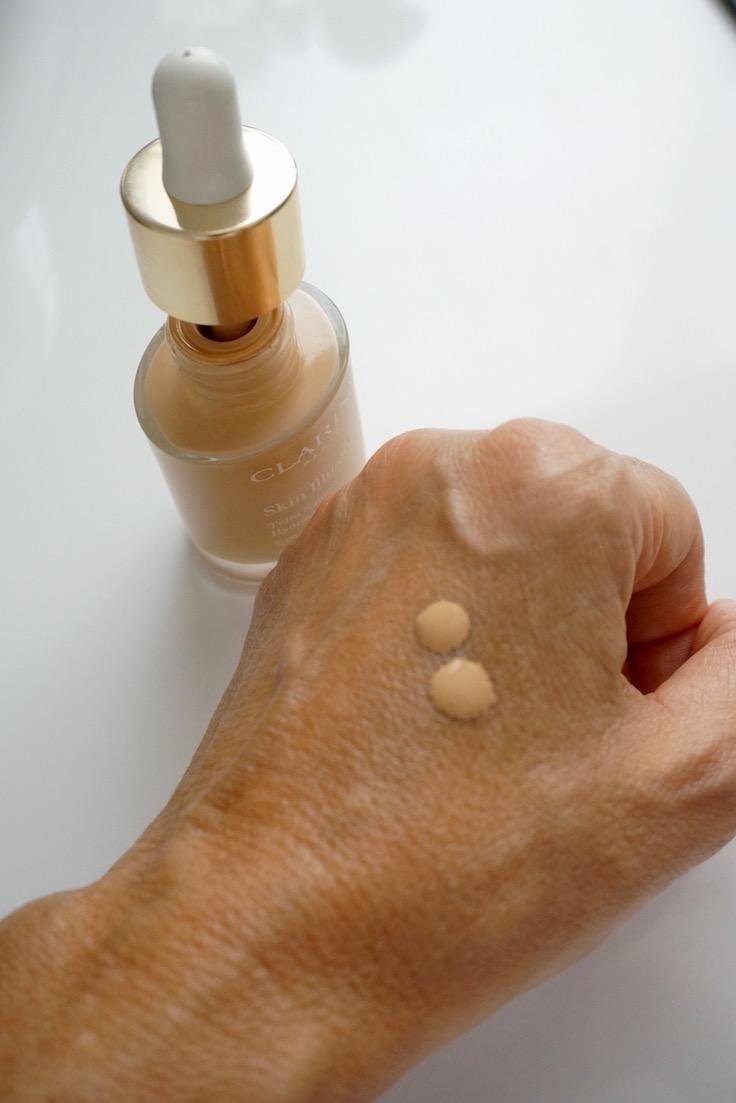 Clarins präsentiert Skin Illusion, die erste ultraleichte Foundation mit Serum-Textur und einem einzigartigen Nude-Look-Finish. Die Haut kann atmen. Schminktante Anja Frankenhäuser hat probiert.