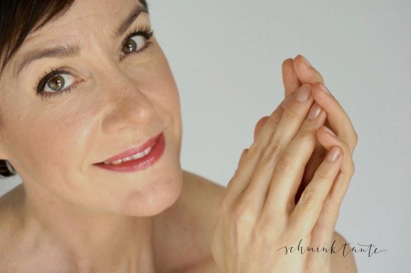 Model für Handpflege bei der Schminktante.