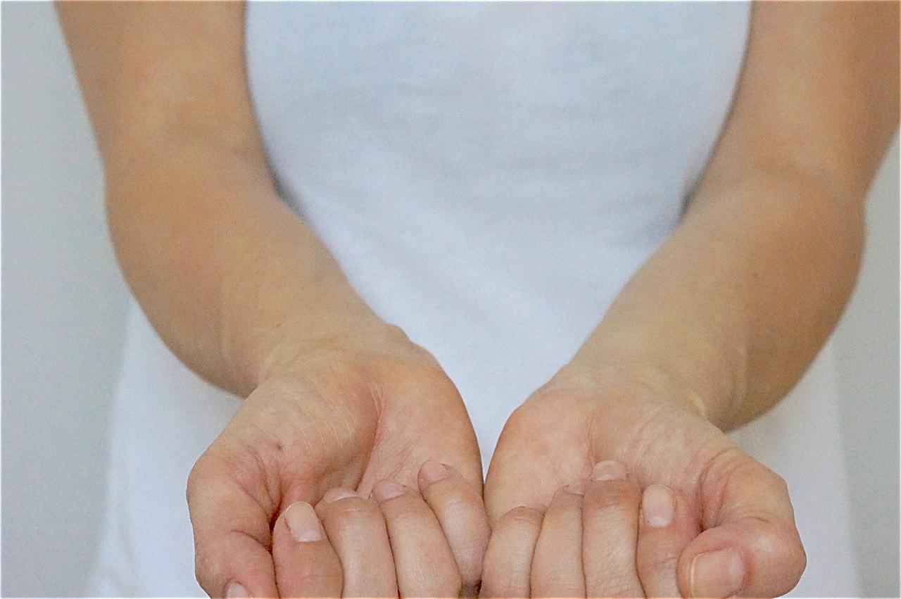 Die Äderchen an den Handgelenken helfen, den Hautunterton zu ermitteln.