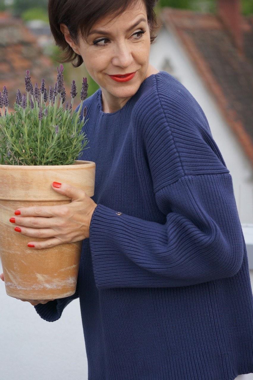 """Dunkelblauer Grobstrickpulli aus Baumwolle - aus der aktuellen Kollektion """"Petit Paris"""" von neyo.fashion."""
