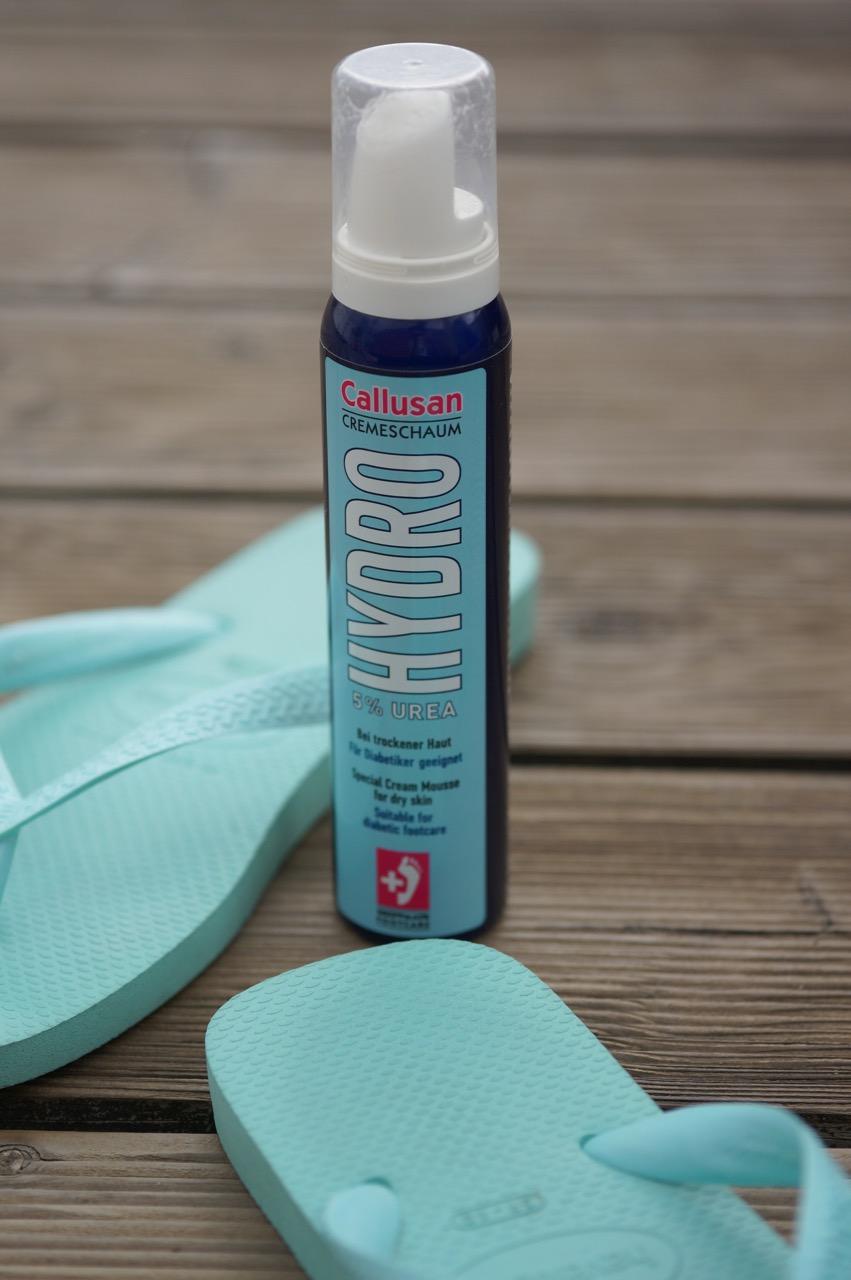 Callusan Hautpflegeschaum für die Pediküre benutzt und trockene Haut verschwindet.