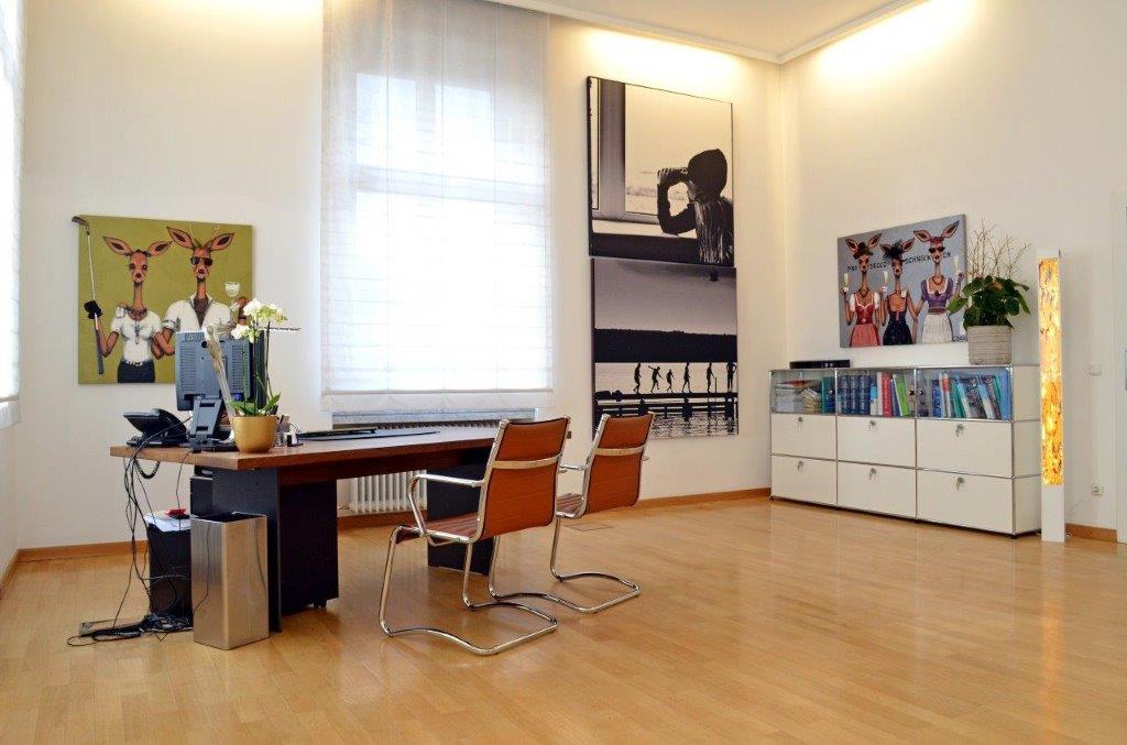 Sprechzimmer von Dr. Ludger Meyer in der Villa Bella in München.