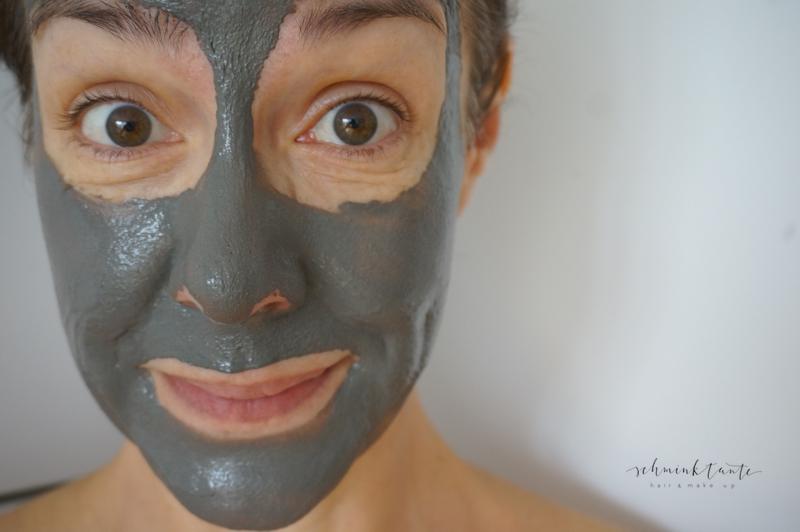 Die Masken für die Person aus den Blättern