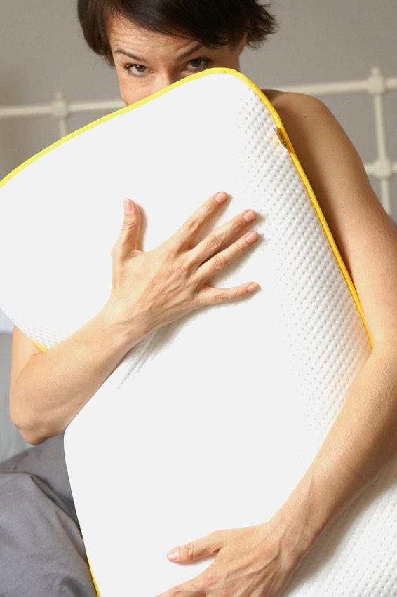 Die Schminktante Anja Frankenhäuser mit ihrem Kissen aus