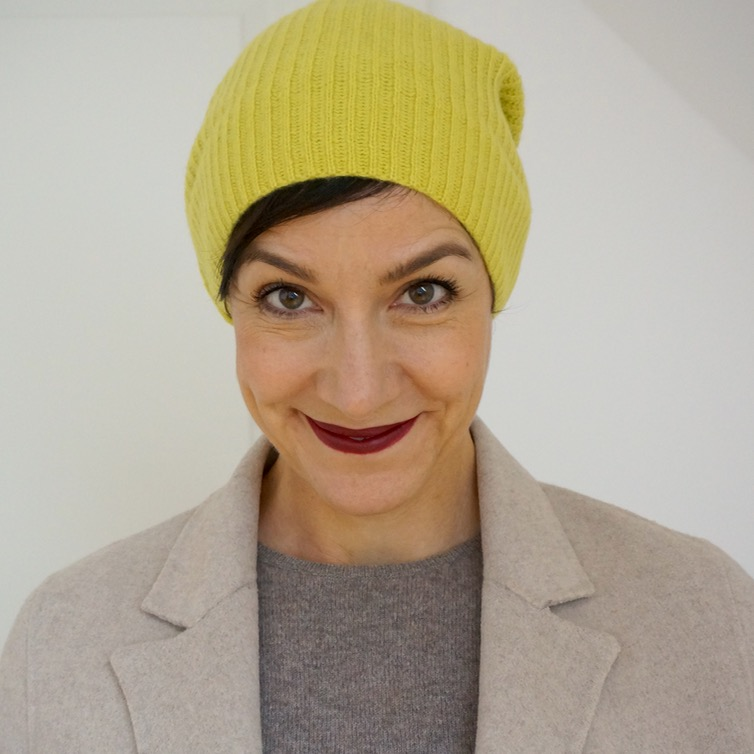 Gelb liegt im Trend. Kann Gelb jeder tragen und wenn ja: wie kombiniert man Gelb? Und worauf muss man beim Make up achten, wenn man gelb trägt??