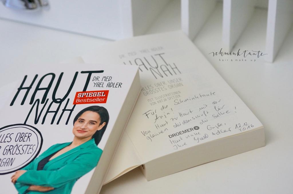 """Dr. Yael Adler signierte für die Schminktante ihren Bestseller """"Haut nah - alles über unser größtes Organ""""."""