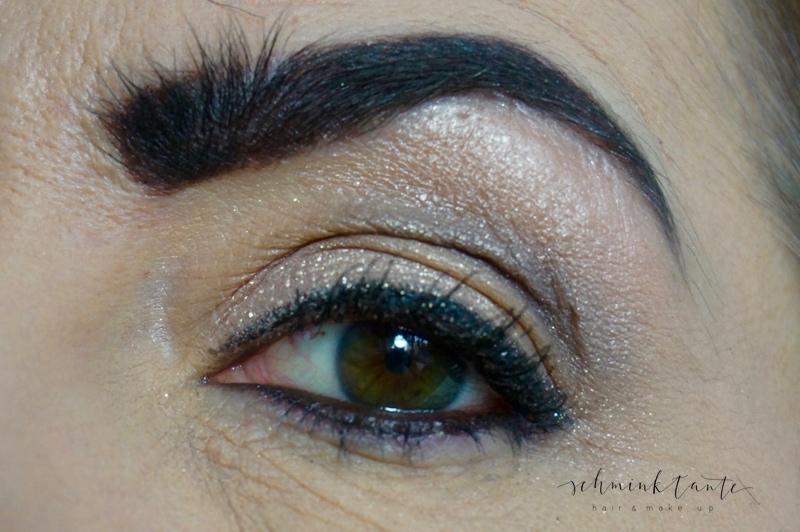 Glitzernde und glänzende Lidschatten betonen Fältchen am Augenlid.
