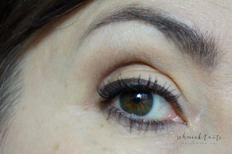 Matte Töne, die lang halten, formen auch ein reifes Auge und sind die bessere Alternative zu Glitzer- und Schimmerlidschatten.
