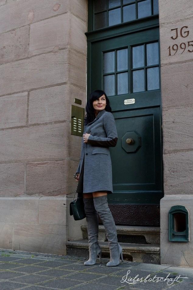 Modetrend Overknie: Joanna von Liebesbotschaft sieht in Overkniestiefeln umwerfend gut aus.