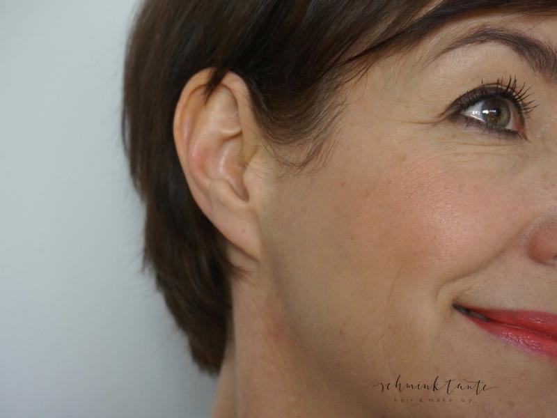 Neutrale oder frische Töne, die zum Typ und zum Teint passen komplettieren das Make up in einem reifen Gesicht viel besser als zu dunkle Farben.