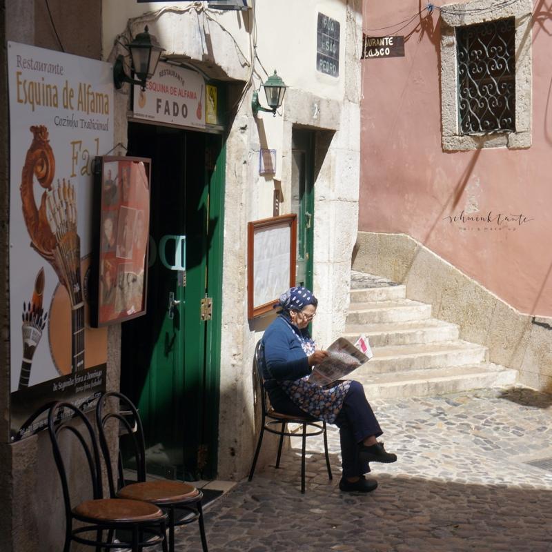 Menschen, Alfama, Frau, Stühle, Zeitung, Sonnenschein, Reise, mediterran, Ü40Blog, Reisen , Portugal, Lissabon, Reise, Reisetipps, Reisen, Travel