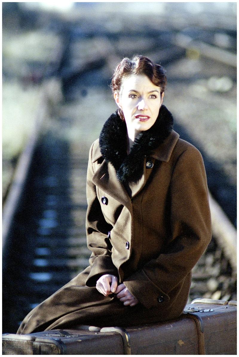 Fashionbloggerin in Military Mantel im 20er Jahre Look.