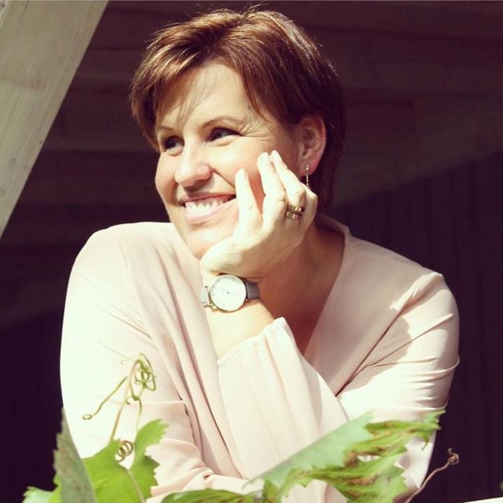 """Nicole Staudinger ist im wahrsten Sinne eine """"Stehaufqueen"""". Die Bestsellerautorin ist im April zu Gast im Beautyinterview der Schminktante."""