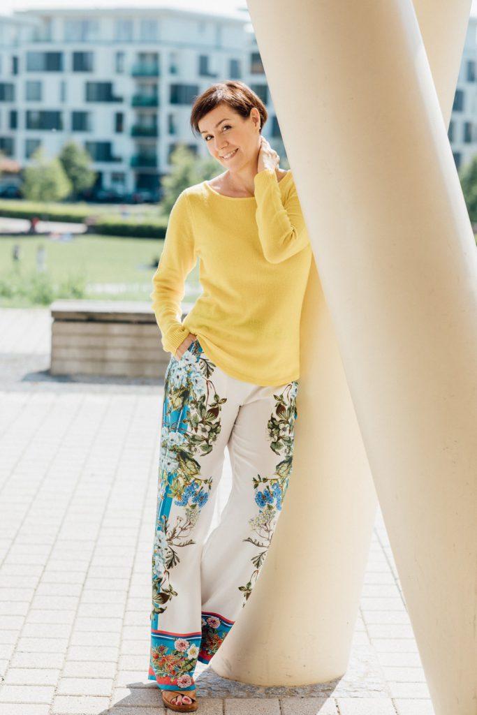 Dass Seide und Kaschmir auch im Sommer hervorragend zusammenpassen zeigt Schminktante Anja Frankenhäuser in einer Zusammenarbeit mit Mode von PETER HAHN und erzählt über die kostbaren Edelmaterialien.