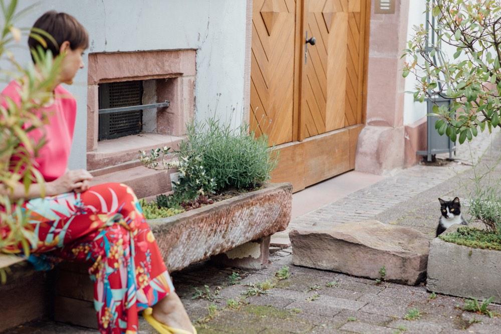 Hochwertige Damenmode von PETER HAHN. Schminktante Anja Frankenhäuser zeigt einen fröhlich-farbintensiven Sommerlook und ein paasendes Make up mit dramatischen Smokey Eyes. Inclusive Step by Step Anleitung.