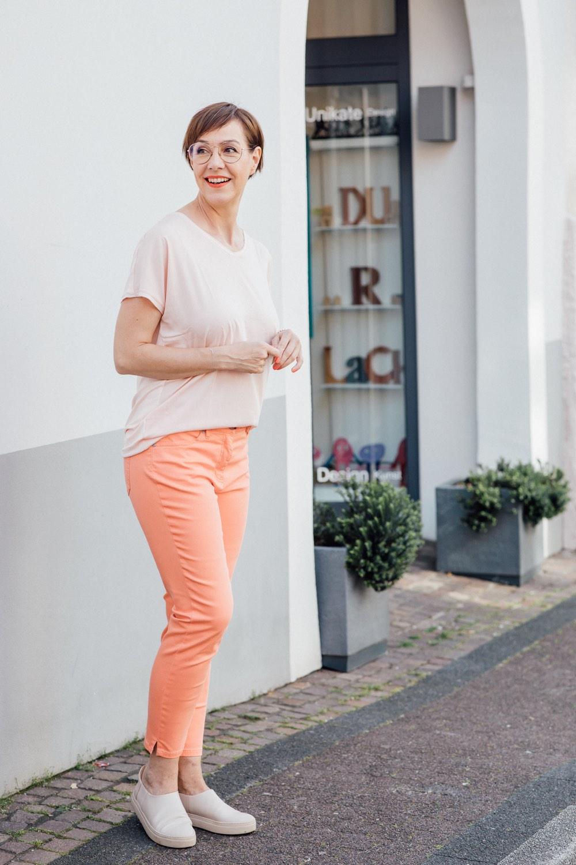 Werbung. Schminktante Anja Frankenhäuser zeigt frische Sommerlooks von TONI Fashion. Passend dazu gibt es ein Make up Tutorial zur Modefarbe des Jahres 2019: Living Coral.