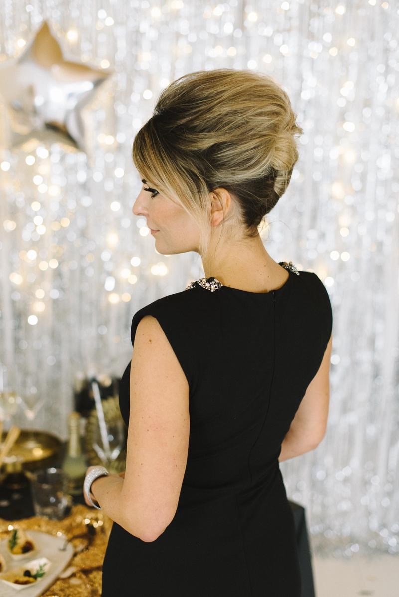 Partylook mit Frisur im Style der Sixties.