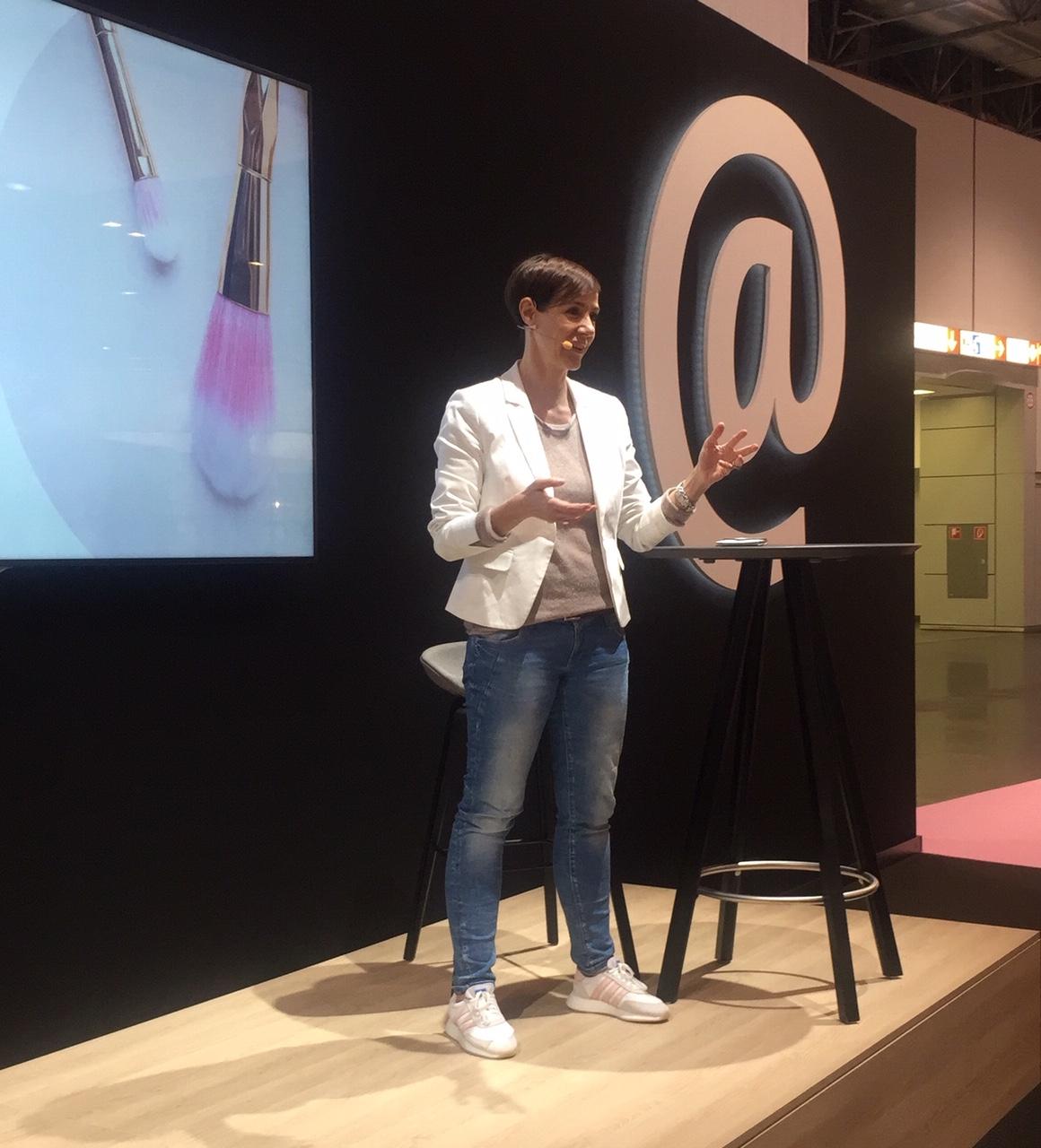 Beautybloggerin Anja Frankenhäuser aka Schminktante spricht im Websalon der Fachmesse BEAUTY Düsseldorf 2019 über ihre Erfahrungen.