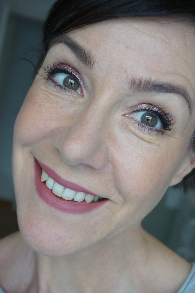 Make up Tutorial mit Schminktante Anja Frankenhäuser: so verwandelst Du Dein tages-Make up mit nur einem Handgriff in einen glamourösen Abendlook. Make up, Lidschatten, Schminken, Schminktipps, Schminkanleitung, Schminktante, Anja Frankenhäuser, Beauty, Beautytipps, Lifestyle, Top-Blog, it cosmetics, Korres