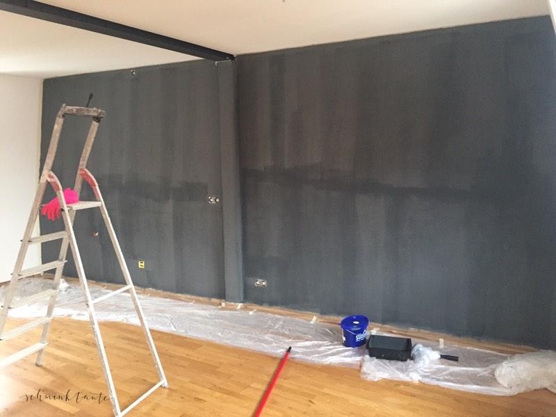 Wand mit erstem Farbauftrag, der sehr streifig geworden ist.