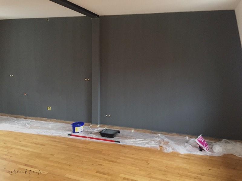 Graue Wand nach zweitem Anstrich mit Bio-Silikat-Farbe.