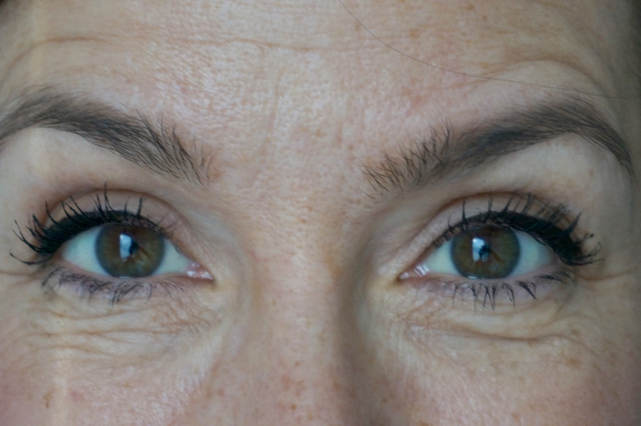 Joli Rouge & Black heißt der reduzierte Make up Look von Clarins für Herbst und Winter 2018/19. Schminktante Anja Frankenhäuser hat getestet.