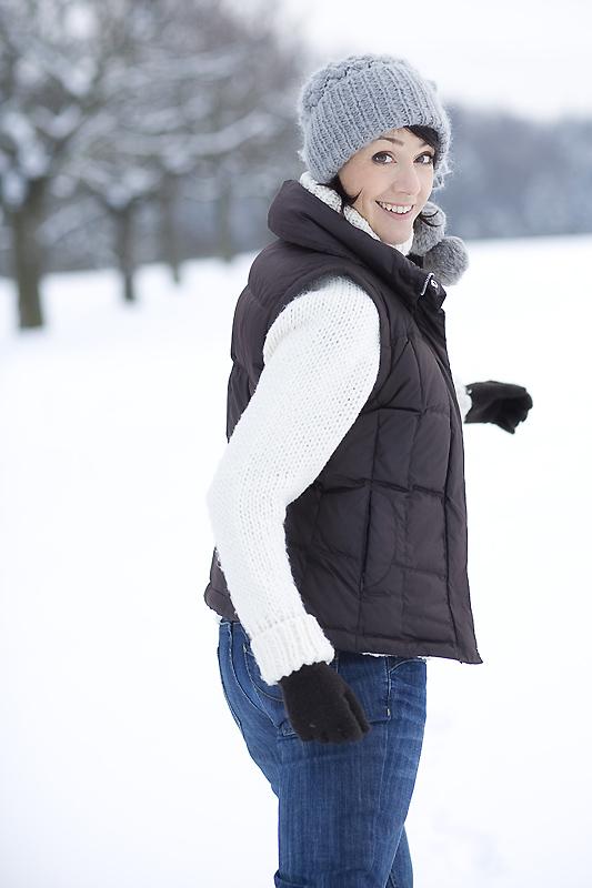 Die Schminktante modelt im Schnee.