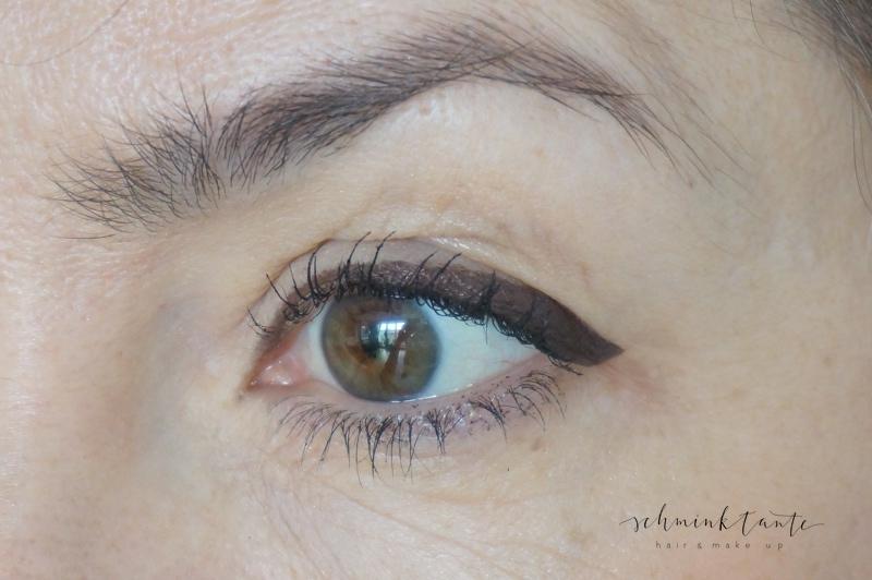 Eyeliner zu weit in den Augenwinkel gezogen, betont eine abgesinkene Lidfalte. Dadurch wird der Blick müde.