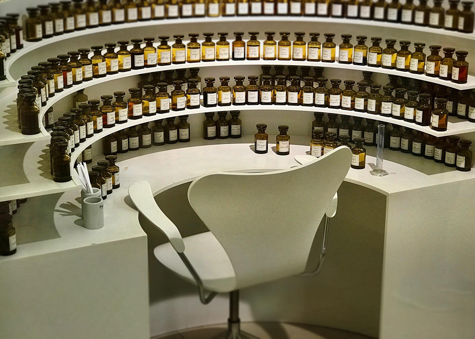 Ein kleiner Duftguide, zusammengestellt von Schminktante Anja Frankenhäuser. Wie geht Parfüm und worin unterscheiden sich teure von preiswerten Düften?