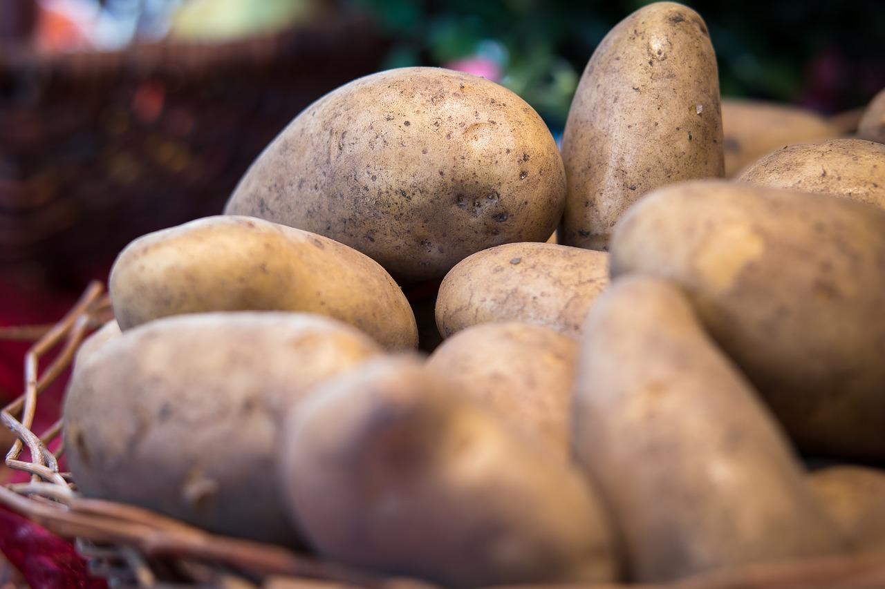 Ein Kartoffelbad für die Füße weicht Hornhaut auf.
