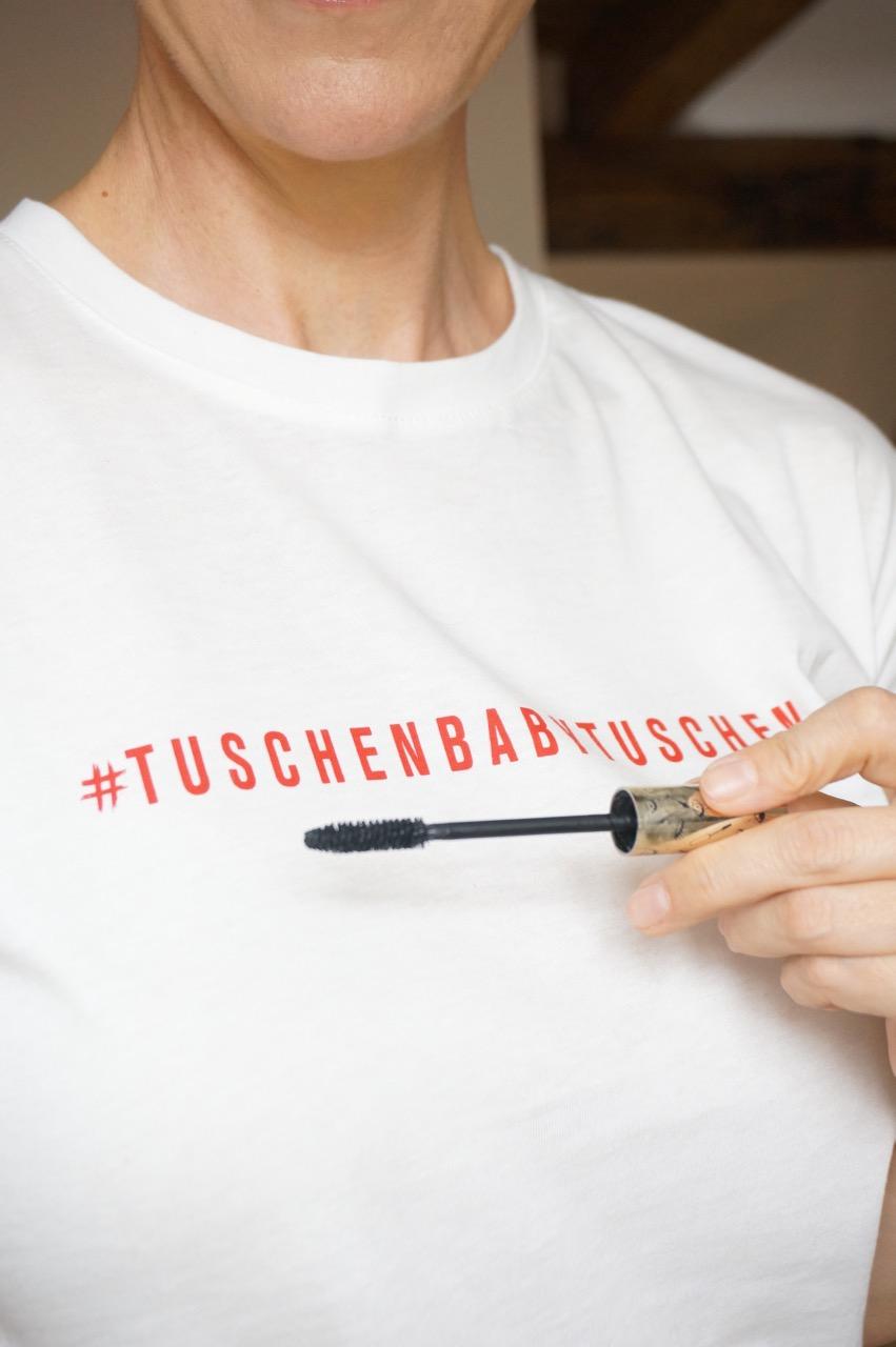 Das erste Statement-Shirt einer limitierten Kollektion der Schminktante, die mit Mascara spielt. Als Goodie wird mit jeder Bestellung ein Wunscharmband des Labels Lilienglück geliefert.